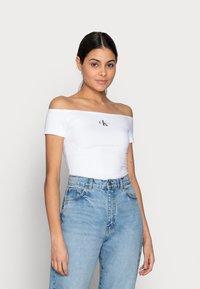 Calvin Klein Jeans - MONOGRAM SLIM BARDOT TOP - T-shirt imprimé - white - 0