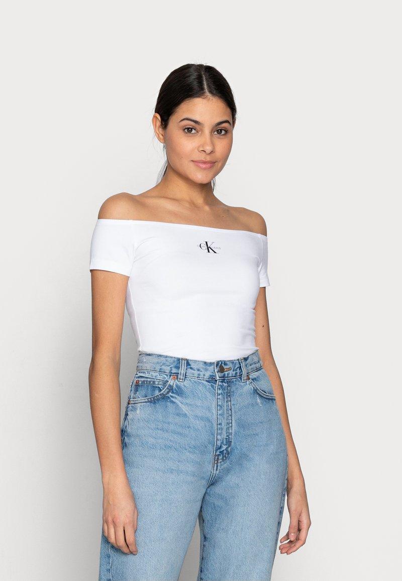 Calvin Klein Jeans - MONOGRAM SLIM BARDOT TOP - T-shirt imprimé - white