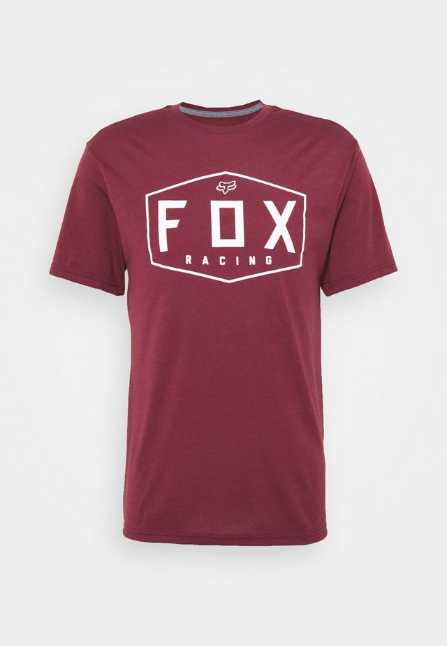 CREST TECH TEE - Print T-shirt - cranberry