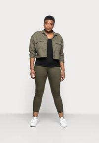 Anna Field Curvy - 3er PACK  - Basic T-shirt - blue/green/black - 1
