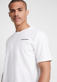 Converse - ALL STAR SHORT SLEEVE TEE - T-shirt med print - white - 3