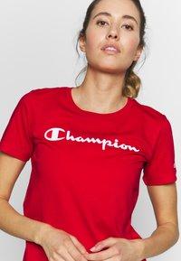 Champion - CREWNECK - T-shirt z nadrukiem - red - 4