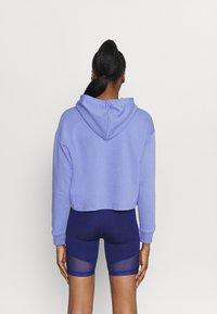 Puma - METALLIC LOGO HOODIE - Jersey con capucha - hazy blue/silver - 2