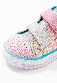 Skechers - SHUFFLE LITE - Tenisky - pink/multicolor/silver - 2