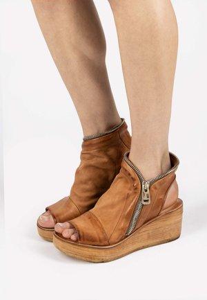 Sandały na platformie - calvados