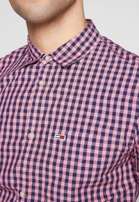 Tommy Jeans - OVERDYE - Shirt - pink/twilight navy - 6