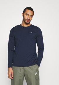 Hollister Co. - CREW MULTI 3 PACK - Long sleeved top - white/dark blue/black - 4