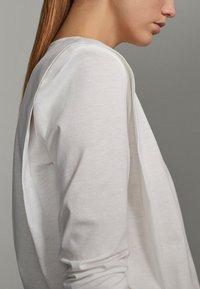Massimo Dutti - SHIRT AUS REINER BAUMWOLLE MIT ZIERFALTEN - Long sleeved top - white - 2