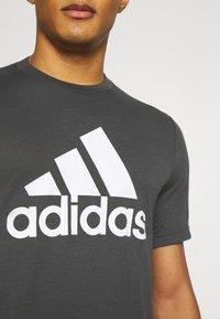 adidas Performance - Printtipaita - gresix/white - 4