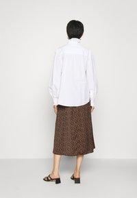 IVY & OAK - RUFFLE BLOUSE - Button-down blouse - bright white - 2