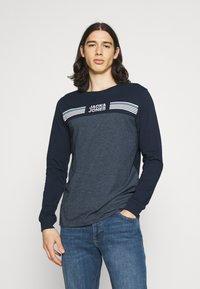 Jack & Jones - JCOCARGO TEE CREW NECK - Camiseta de manga larga - navy blazer - 0
