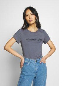 Calvin Klein Jeans - LOGO SLIM FIT TEE - Printtipaita - abstract grey - 0