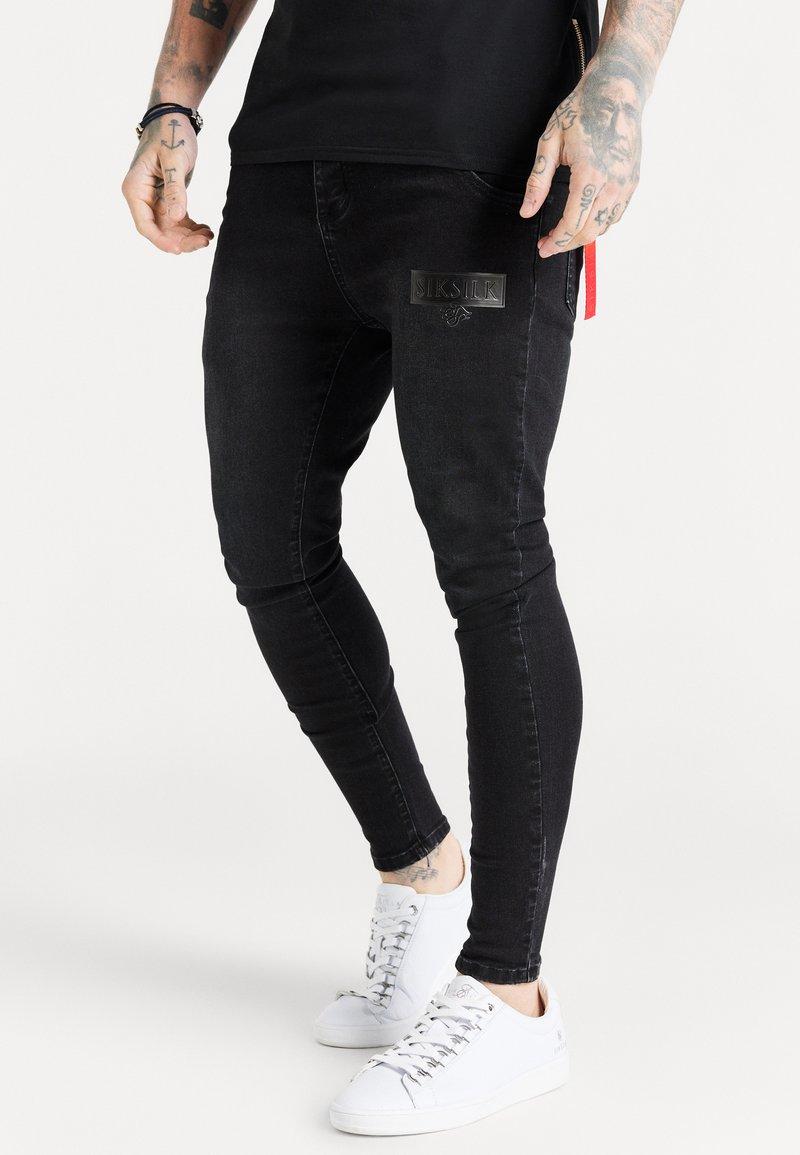 SIKSILK - EMBOSSED PRINT - Skinny džíny - black