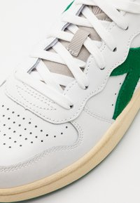 Diadora - BASKET USED UNISEX - Trainers - white/verdant green - 5