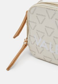 Valentino Bags - LIUTO - Across body bag - ecru/multi - 3