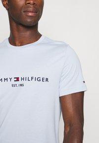 Tommy Hilfiger - LOGO TEE - Printtipaita - breezy blue - 4