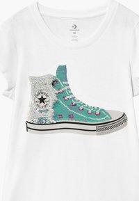 Converse - FLIP SEQUIN CHUCK TEE - Print T-shirt - white - 2