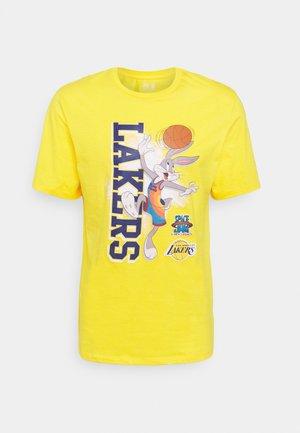 NBA CHICAGO BULLS SPACE JAM VERTICAL TUNES TEE - Article de supporter - yellow