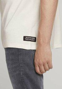TOM TAILOR DENIM - Basic T-shirt - soft light beige - 3