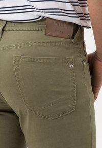 BRAX - STYLE CHUCK - Straight leg jeans - khaki - 4