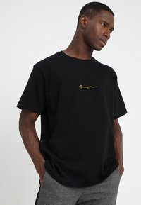 Mennace - ESSENTIAL REGULAR RELAXED SIG TEE UNISEX - T-shirt - bas - black - 0