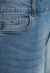 Noisy May Curve - NMKATY MOM SHORTS  - Shorts di jeans - medium blue denim - 2