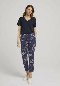 TOM TAILOR - LOOSE FIT - Trousers - navy floral design - 1