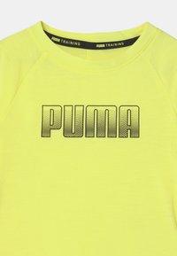 Puma - RUNTRAIN UNISEX - Print T-shirt - yellow - 2