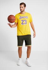 Nike Performance - NBA LA LAKERS LEBRON JAMES NAME NUMBER TEE - Equipación de clubes - amarillo - 1