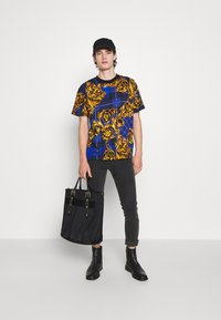 Versace Jeans Couture - Print T-shirt - blu royal/oro - 5