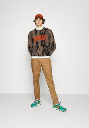 SCRIPT LOGO PANTS - Jeans Tapered Fit - light brown