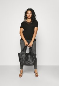 Vero Moda Curve - VMAVA V-NECK - Print T-shirt - black - 1