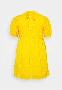 Vero Moda Curve - VMASTA 2/4 DRESS  - Denní šaty - saffron/birch - 7
