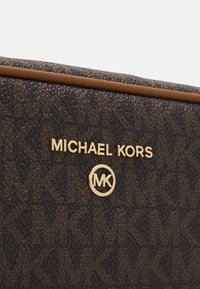 MICHAEL Michael Kors - JET SET CHARM ZIP TRAVEL POUCH - Taška spříčným popruhem - brown/acorn - 5