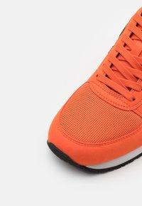 Armani Exchange - RETRO RUNNER - Sneakers basse - orange/black - 5