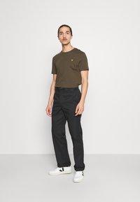 Lyle & Scott - PLAIN - T-shirt - bas - olive - 1