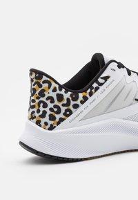 Nike Performance - QUEST 3 PRM - Zapatillas de running neutras - white/black/light bone/light brown - 5