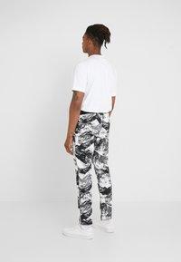 White Mountaineering - MOUNTAIN PRINTED - Teplákové kalhoty - black - 2