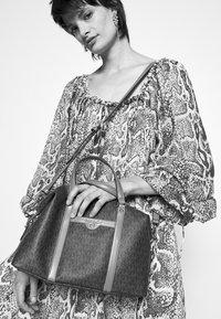 MICHAEL Michael Kors - BECK MEDIUM SATCHEL - Handbag - brown/acorn - 1