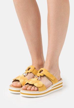 Pantofle - gelb