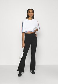adidas Originals - PRIMEBLUE ADICOLOR ORIGINALS RELAXED T-SHIRT - Print T-shirt - white - 1