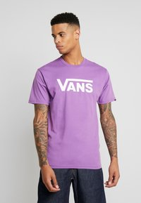 Vans - CLASSIC - Print T-shirt - dewberry/white - 0