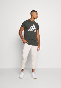 adidas Performance - ESSENTIALS SPORTS SHORT SLEEVE TEE - T-shirt med print - anthracite - 1