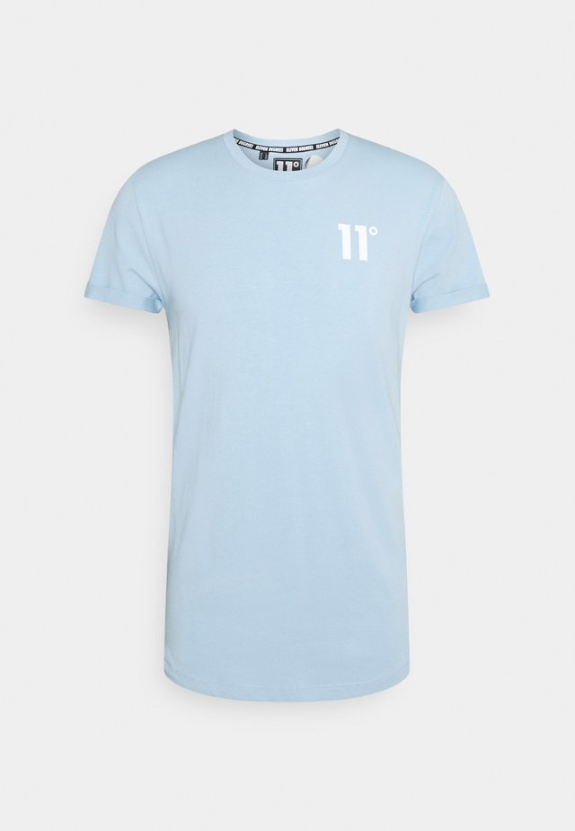 MUSCLE FIT - T-shirt con stampa - powder blue