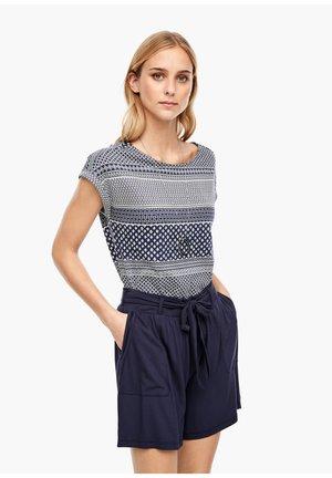 MIT RÜCKENAUSSCHNITT - Print T-shirt - dark blue tie print
