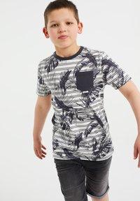 WE Fashion - MET STREEP- EN BLADERENDESSIN - Print T-shirt - grey - 1