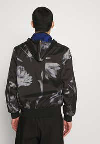 Paul Smith - GENTS HOODED JACKET ALLOVER PRINT - Giacca leggera - black - 3
