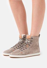 HUB - KEYSTONE - Sneakersy wysokie - dark taupe/offwhite - 0