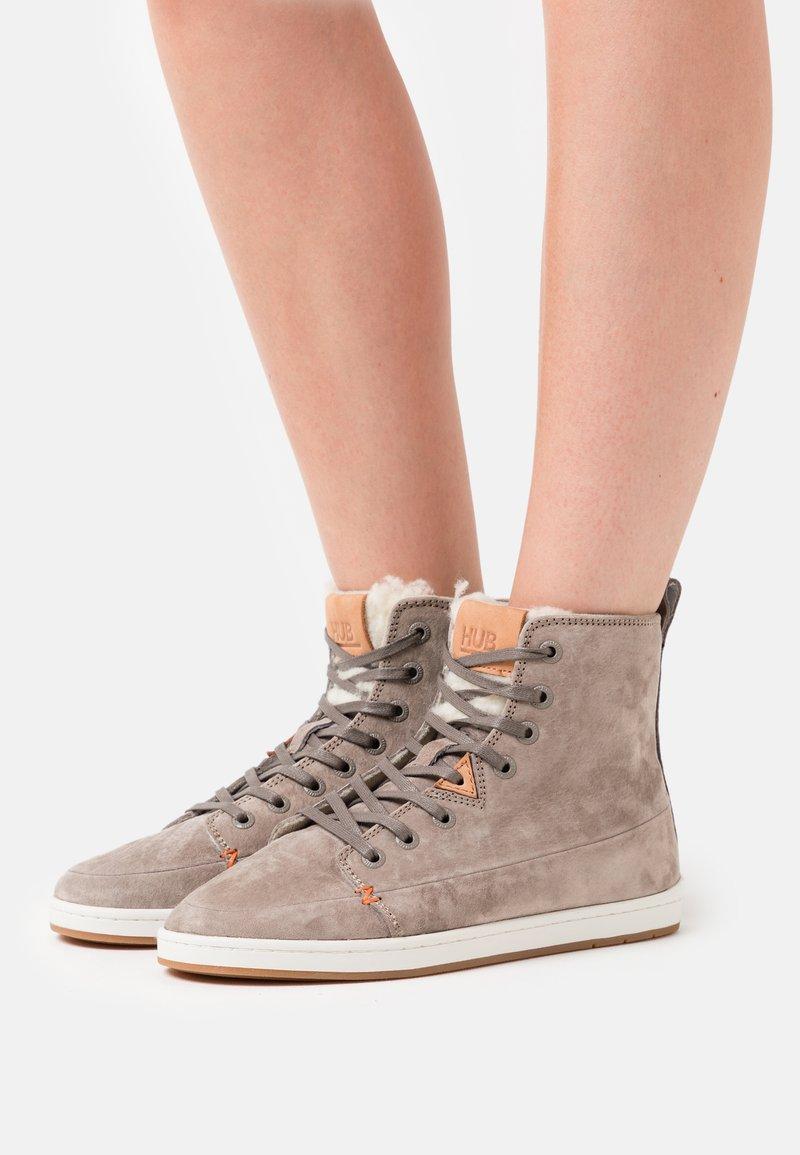 HUB - KEYSTONE - Sneakersy wysokie - dark taupe/offwhite