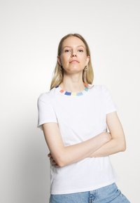 edc by Esprit - BLOCK - Print T-shirt - white - 3